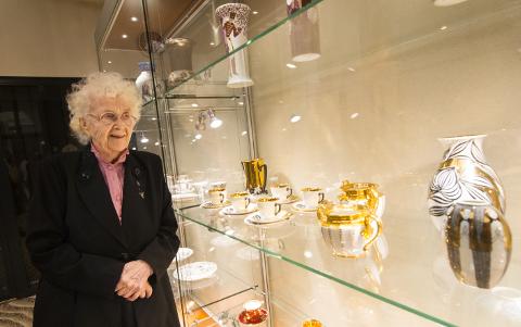 Portselanimaali näeb näitustel üliharva. 87aastane Are Raudoja esitleb Jõhvi kontserdimajas oma 1970. aastatel tehtud töid.