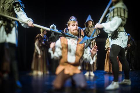 """Lapsena Rakvere teatris väikest poissi mänginud Karl Robert Saaremäe on kodulaval tagasi − Viljandi kultuuriakadeemia tudengina, mängimas diplomilavastuses """"Thijl Ulenspiegel"""" nimiosa."""