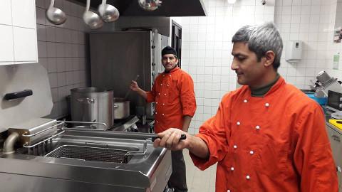 Dila Chalise ja Bimal Malla pakuvad suusatamise kõrvale aasipäraseid maitseid, aga õpivad olude sunnil ka Eesti toitude valmistamist.