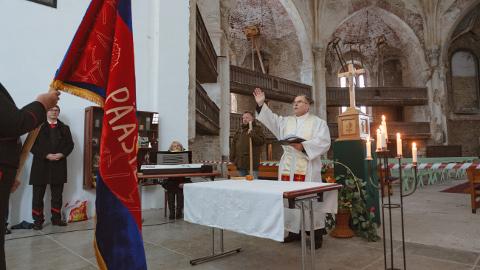 Mullu novembris õnnistas Narva luterliku koguduse õpetaja Urmas Karileet Aleksandri kirikus päästeameti lipu, aga sama amet ei luba suures kirikusaalis praegu toimetada, sest see polevat ohutu.