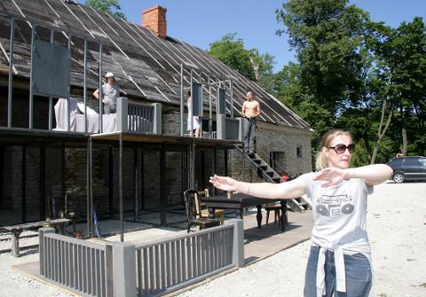 """Eili Neuhaus on sel suvel ringiga Ontikal tagasi − seal, kust 2009. aastal alustas, lavastades """"Mtsenski maakonna leedi Macbethi""""."""