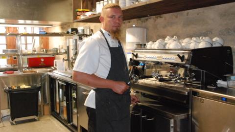 Rondeeli peakokk Indrek Kõverik võlus Saksa toiduajakirjanikku Jürgen Sorgest efektselt serveeritud kohalike delikatessidega.