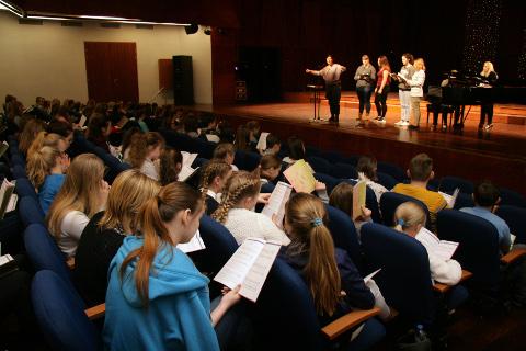 Sel suvel toimuva noorte laulu- ja tantsupeo eelproovide laine algas eile Jõhvis, kus said kokku maakonna lastekoorid.
