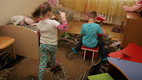Kohtla-Järve lastekodu lapsed on ametis oma mänguasjadega ega teagi, et nende elu muutub juba üsna pea.