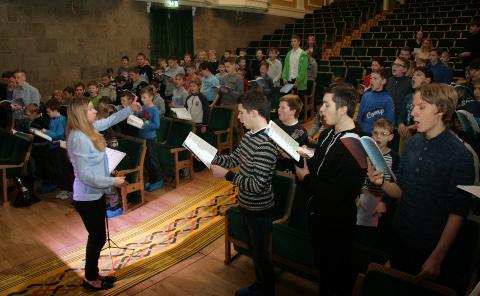 XII noorte laulupeo eelproovid startisid Ida-Virumaalt. Reedel said Kohtla-Järve kultuurikeskuses kokku maakonna poiste- ja noormeestekoorid.