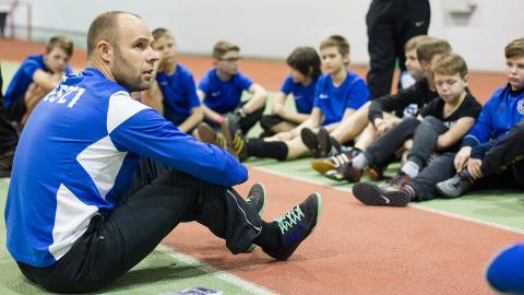 Jalgpallitäht Joel Lindpere jutustas Ahtme spordihallis oma praeguseks lõppenud värvikast karjäärist ja kutsus seejärel noored vutti taguma.
