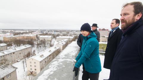 President Kersti Kaljulaid tulevase Vaba Lava maja katusel. Lisaks fotol paremalt ASi Vaba Lava juht Allan Kaldoja, arhitekt Indrek Tiigi ja Märt Meos.