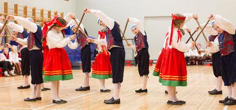 Kohtla-Järve Järve gümnaasiumi õpetajate Reet Kuke ja Taivo Aljaste 3. klassi õpilased tantsivad nii, et lust vaadata.