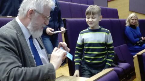 TÜ Narva kolledž oli nädalavahetusel laste päralt. Pärast loengut jagas Eesti teaduste akadeemia president Tarmo Soomere väikestele kuulajatele autogramme.