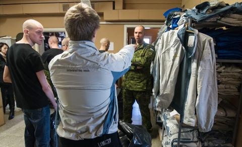 Lemmikrõivabrändid ja tossud asendatakse NATO standardi ja praktilise casual'iga.