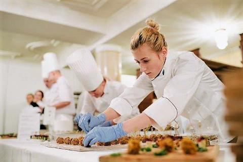 Purtse linnuse restorani abikokk Žanna Dmitrjeva presidendi vabariigi aastapäeva vastuvõtuks suupisteid valmistamas.