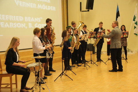 Nemad esindavad tervet maakonda − Avinurme gümnaasiumi puhkpilliorkester dirigentide Verner Möldriga (pildil) ja Mare Russakuga.