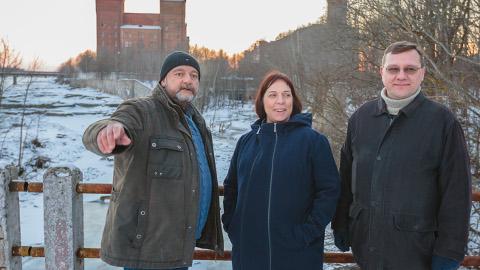 Lisaks tulevaste riigigümnaasiumide asukohtade ülevaatamisele jalutas haridus- ja teadusminister Mailis Reps eile Kreenholmi rajoonis, kuhu võidakse kolida sisekaitseakadeemia. Teejuhid olid erakonnakaaslased Mihhail Stalnuhhin ja Andrus Tamm.