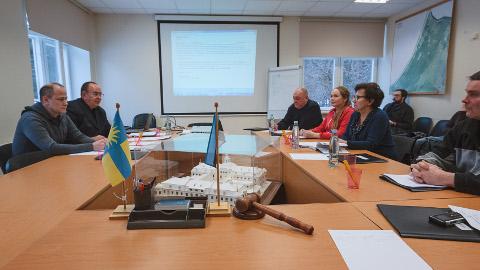 Volikogu esimeheks valitud Kalle Kekki (vasakult teine) ei söandanudki eile hõivata volikogu esimehele määratud keskset kohta.