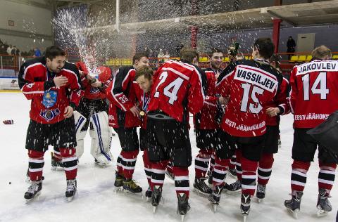 Sporditegemise kõige magusamad hetked: šampanjadušši rohkem kui tuhande oma poolehoidja ees saab nautida harva.