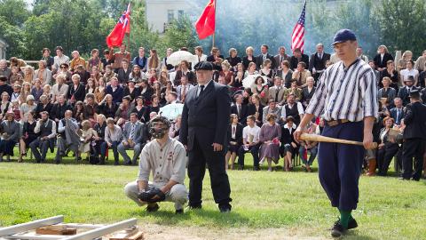 """Filmi """"Igitee"""" võteteks muutus osa Sillamäest mullu suvel Petrozavodskiks Nõukogude Karjalas. Fotol filmi pesapalliturniir, mis on ajaloos ka päriselt aset leidnud."""