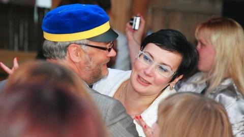 See pilt on tehtud 2012. aastal, mil Alar Karis oli Tartu ülikooli rektor ja Katri Raik Narva kolledži direktor. Nüüd on Karisest saanud riigikontrolör ja Raigist sisekaitseakadeemia rektor. Nad mõlemad on üksmeelsed, et seda õppeasutust ei tohi pealinnast Ida-Virumaale kolida, ning Karis väljendas end selles küsimuses ka väga reljeefselt eile riigikogus.