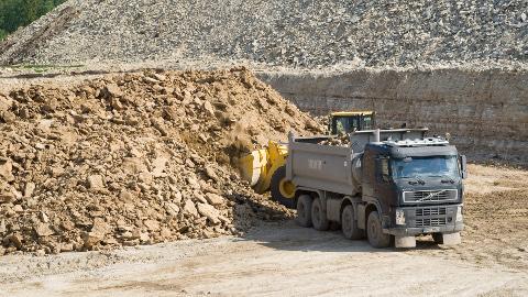 Kiviõli Keemiatööstusel on Nikolai Reismani maadel kaevandamiseks kaevandamise luba olemas, kuid puudub omaniku luba. Reisman on valmis laskma oma maadelt kaevandada, aga seda ei pruugi tegema hakata Kiviõli Keemiatööstus.