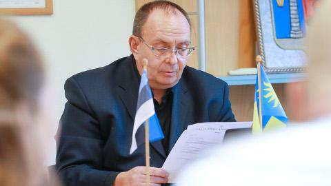 Narva-Jõesuu linnavalitsus on seadnud linnavolikogu uue esimehe Kalle Kekki omamoodi isolatsiooni. Kekki seab päevakorda linnavalitsuse ilmajätmise õigusest ise oma struktuuriküsimusi lahendada, edaspidi aga võib jutuks tulla ka linnapea ja tema meeskonna väljavahetamine.