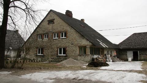 Kohtla-Järvel Karl Lutsu tn 6 asuva maja hoovis on ilmsed ehitustegevuse jäljed. Tööd on praeguseks peatatud. Huvitaval kombel on hoovis ka lohukivi, mis on arheoloogiamälestis.