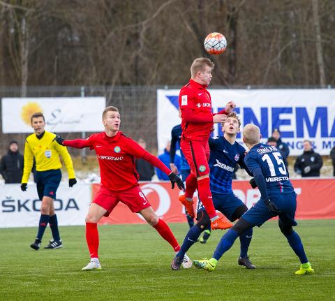 Sel pildil kõige kõrgemale kerkinud Deniss Poljakov oli üks laupäevase kohtumise kangelasi, kes läkitas kahel korral trahvilöögist palli Paide väravasse.