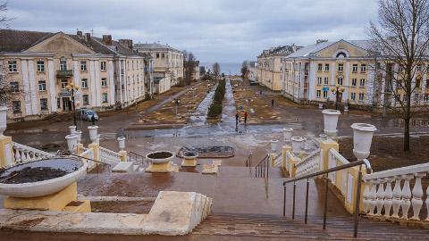 Nõnda nägi veel eile välja nüüdseks muutunud Sillamäe Mere puiestee linnatrepilt vaadates. Kohalikud elanikud arutavad elavalt puiestee uut ilmet.