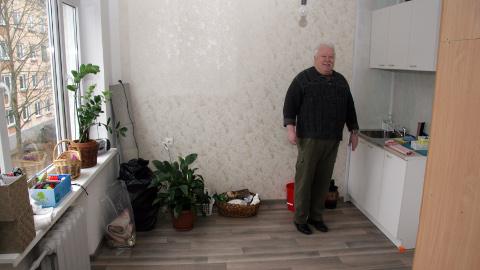 """SOTSIAALMAJA SVIIT:  Jõhvi sotsiaalmaja direktor Ralf Burk rääkis, et hoone ehitati 1965. aastal, aga suuremaid investeeringuid on kogu aeg edasi lükatud. """"Oleme võimalust mööda kogu aeg ise kõpitsenud ja 30 korterit oma jõududega ära remontinud. Sel aastal tegime esimese sviidi (pildil) − ehitasime kokku kaks tuba. Seal hakkab elama korralik tööl käiv inimene, kes sattus võlgadesse ega jaksa endale Jõhvis ise eluaset soetada. Sotsiaalmaja 90 elanikust umbes 10 protsenti töötab ametlikult või käib juhutöödel."""""""