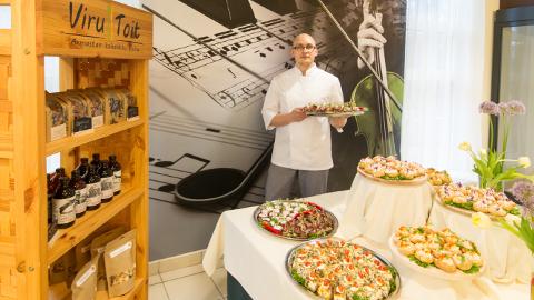 Toidukonkursi tunnustusüritusel kaeti laud kohalike hõrgutistega, võõrustajaks Jõhvi kontserdimaja kohvik Noot, kes valiti parimaks toitlustajaks.