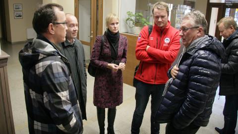 Kurbmängu algus. Kogu tohuvabohu sai alguse mullu 20. oktoobril, kui Jõhvi volikogu otsustas, et lahkub liitumisläbirääkimistelt seniste partneritega. Pildil Kohtla-Nõmme, Toila ja Kohtla vallajuhid arutamas pärast Jõhvi otsust oma edasisi plaane.