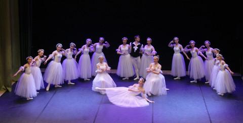 """""""Chopiniana"""" on võluv etendus Rakvere Kaurikooli balletiõpilaste esituses."""