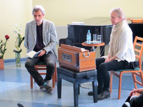 Mathura aka Margus Lattik koos Kadi Uiboga Rakvere keskraamatukogus toimunud auhinnatseremoonial.