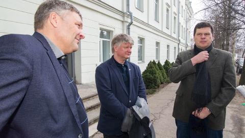 Marko Pomerants (vasakult), Kęstutis Navickas ja Kaspars Gerhards veetsid eile kaks tundi Sillamäe suurtööstusega tutvudes.