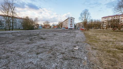Nii näeb praegu välja Narva kesklinnas Tallinna maantee alguses paiknev krunt, kuhu kavandatakse Saksa säästuketi Lidl kaubanduskeskuse ehitust.