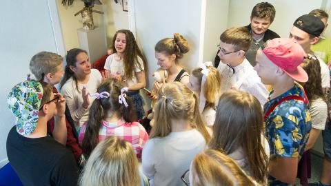 """9. klassi tutipidu varjutas direktor Liina Mihkelsoni ametist vabastamine. """"Te olete olnud parim!"""" lohutasid õpilased."""