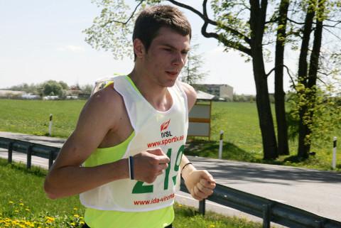 Deniss Šalkauskas oli poolel maal Kukruse polaarmõisa juures juba kõikide konkurentide eest pikalt ära jooksnud ja võis temale tavatult pika distantsi teises pooles hoogu julgelt maha võtta.