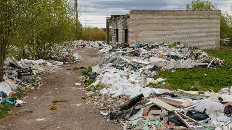 Narva Vana-Joala teele on vähem kui aastaga tekkinud tohutute mõõtmetega prügimäed. Peamiselt on sinna veetud remondijäätmeid. Kinnisvara omanik ja Narva linnavalitsus on otsustanud süüdlased üles otsida, kuna kogu selle prahi koristamine läheb maksma üle 100 000 euro.