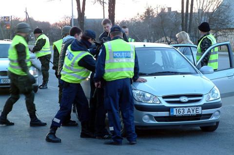 Ärevatel päevadel peatati teedel ja asulapiiridel palju autosid, et kontrollida, ega seal mingit sõjamoona veeta. Politsei teab rääkida, et juba ainuüksi pesapallikurikaid konfiskeeriti nii palju, et nendega võiks kogu Eesti mängima panna.