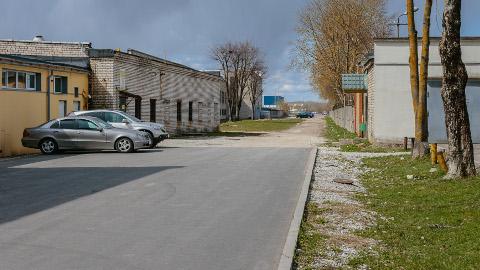 Nii näeb praegu välja endine Georgi Suvorovi nimeline tänav, mille Narva linnavõimud dokumentide järgi 1994. aastal likvideerisid. Tänava taastamine − sõltumata sellest, mis nime all − vähendaks kõrval asuvate, praegu väga tiheda liiklusega sõiduteede koormust.