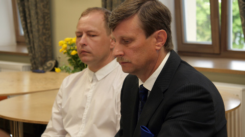 Teet Enok (tagaplaanil) ja Eduard East saavad umbusaldusavalduses mitmeid etteheiteid konkreetsete juhtumite pärast.