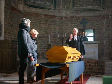 Salapärane kirst Aleksandri kiriku altari ees. Kirstu pühitsemist harjutab enne kirikuõpetaja Karileedilt koolituse saanud näitleja Rein Oja.