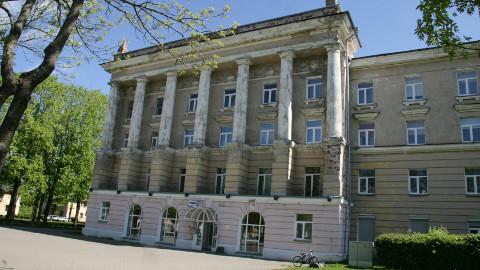 Tellisetükid ja krohv langevad fassaadilt otse Eesti Gaasi kontori sissepääsu ette.
