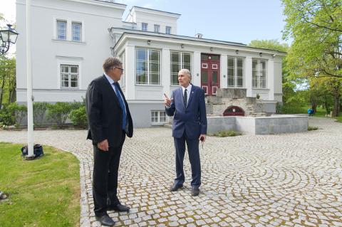 Saka mõisa praegune omanik Tõnis Kaasik ja Henning von Löwis of Menar 1864. aastal valminud härrastemaja ees, mis sai oma hiilguse tagasi 2010. aastal. Mehed olid varem kohtunud 2004. aastal, kui aadlisuguvõsa kokkutulek toimus Dresdenis ja sinna sai kutse ka Kaasik, kes oli mõne aasta eest omandanud oksjonil varemetes mõisakompleksi.