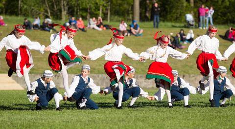 Virumaa tantsulapsed tantsisid laupäeval päikese välja.