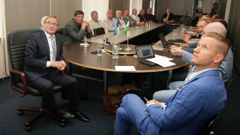 Jaak Aab (vasakul) tutvustas reedel valitsuse Ida-Virumaa arendamisplaane ka siinsetele omavalitsusjuhtidele, kuid väga konkreetseid sõnumeid tal polnud.
