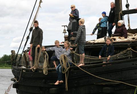 Jõmmu valmistub festivali esimeseks järvesõiduks, reisijaid aina lisandub.