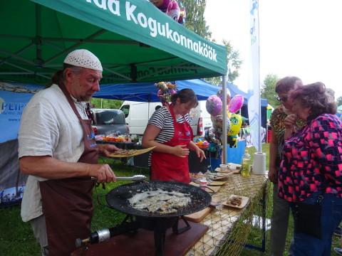 Gastroaktivist Tauno Laasik pakkus rahvale praetud ahvenanahka, mis tema sõnul pole siiski midagi enneolematut − kohalik rahvas on seda hõrgutist juba ammu valmistanud.