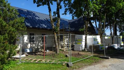 Kolm aastat kestnud vaikelu Lohusuu vana postimaja ümberehitamisel sai sel kevadel läbi ja praegu käib töö täie hooga.