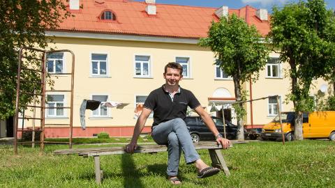 Martin Repinski istub Jõhvis Kutse tänaval asuva maja hoovis, samasse majja ostsid nad koos abikaasa Siretiga sel nädalal korteri.