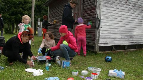 Kolmapäevane jahe ilm vabatahtlikke ei heidutanud − kioski juurde oli kogunenud nii täiskasvanuid kui ka lapsi.