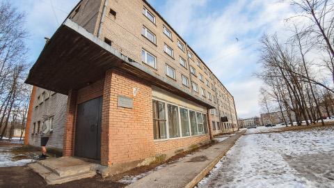 Kerese 14a asuv TÜ Narva kolledži ühiselamu on suures vastuolus uue õppehoonega. Naabrusse kerkiv sisekaitseakadeemia õppe- ja majutuskeskus saab teiseks koduks ka Narva kolledži tudengitele.